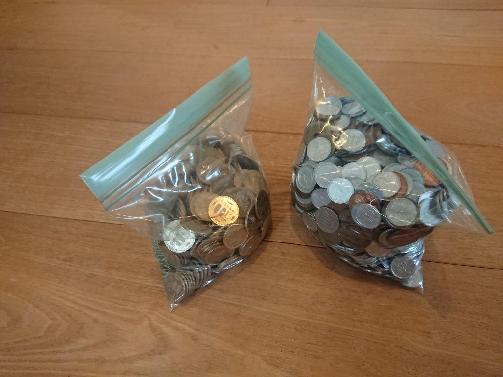 袋に入れた小銭